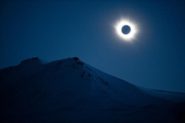 GMT. Gerhana Matahari Total yang terlihat di langit Svalbard, Norwegia, 20 Maret 2015. Foto oleh Olav Jon Nesvold/Norway Out/EPA