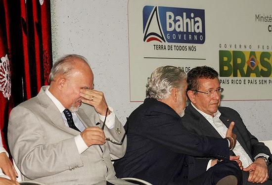 Ministro das Cidades, Mário Negromonte, chora em evento do governo em Salvador, na Bahia