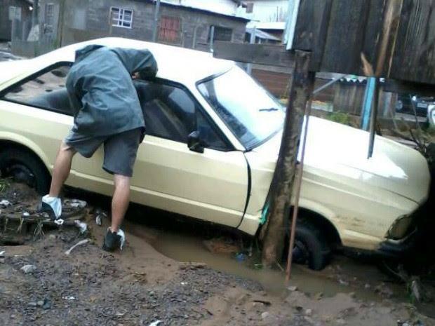 Corcel foi carregado pela água em Caxias do Sul, RS (Foto: Rodrigo Rodrigues do Nascimento/VC no G1)