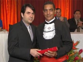 Hamilton Rocha recebendo o diploma. (Foto: Reprodução / TV Globo)