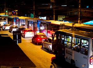 Fila de carros disputa espaço com ônibus no Grajaú