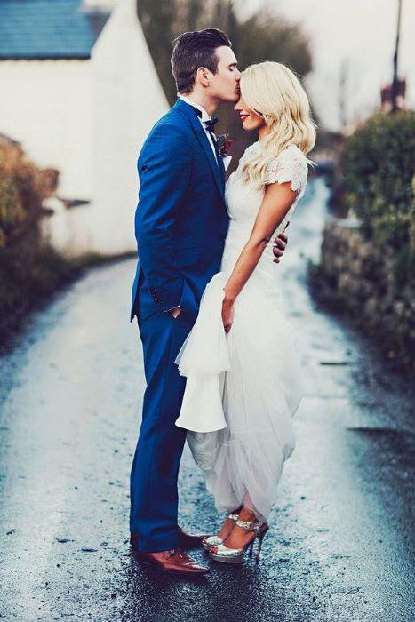einen indigo-blauen Anzug und Kupfer Schuhe für einen stilvollen Bräutigam