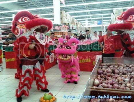 photo 05 Chinese New Year Lion Dance Performance At Tesco Taiping 2015_zpsdzrrrac9.jpg