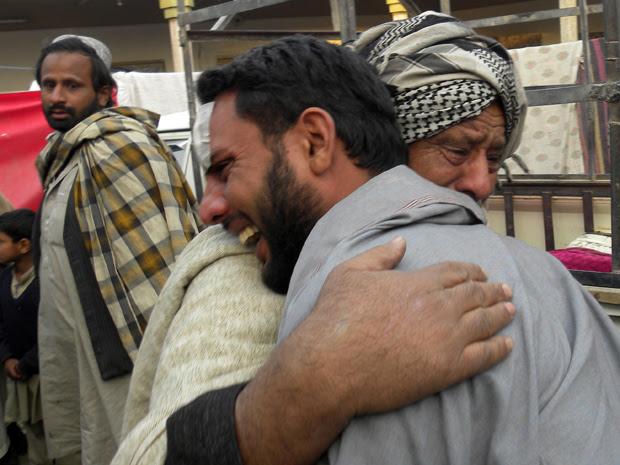Parentes choram vítimas de ataque suicida próximo a Spin Boldak, no Afeganistão, neste sexta-feira (7).