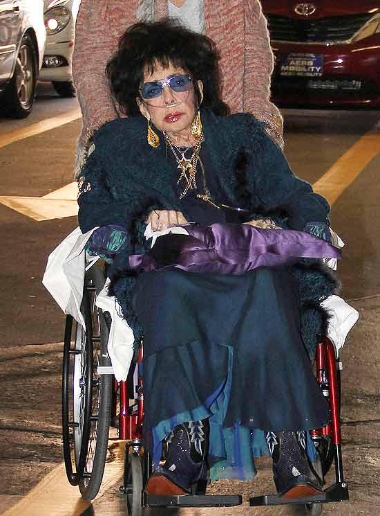 Elizabeth Taylor chega a consultório médico nos EUA