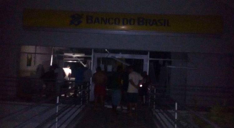 Resultado de imagem para Bandidos fazem reféns e explodem agência do Banco do Brasil no Agreste