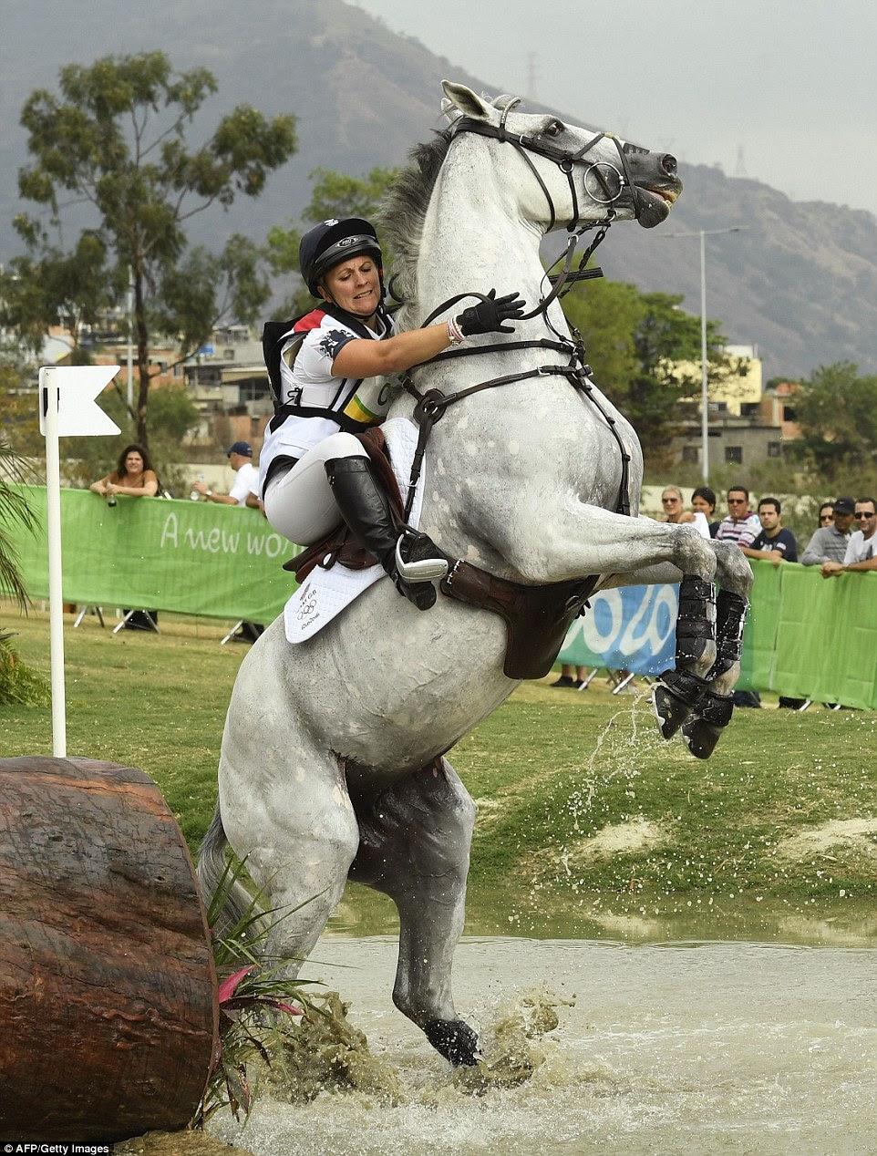 A equipe de GB Gemma Tattersall detém sobre a seus hors Quicklook V na fase de cross country do concurso completo de equitação equipe