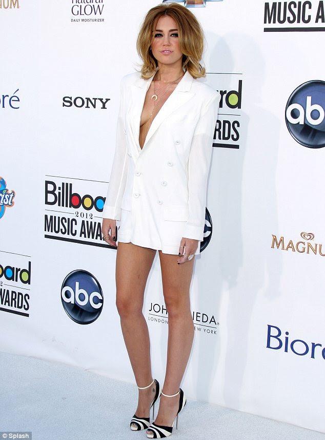 Wow factor: Miley Cyrus Billboard Müzik Ödülleri'nde seksi bir kıyafet içinde hayal az kaldı