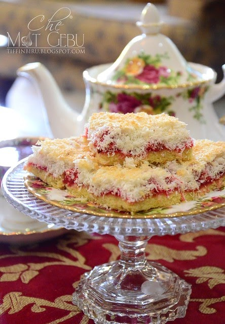 STRAWBERRY AND COCONUT SLICE CAKE.