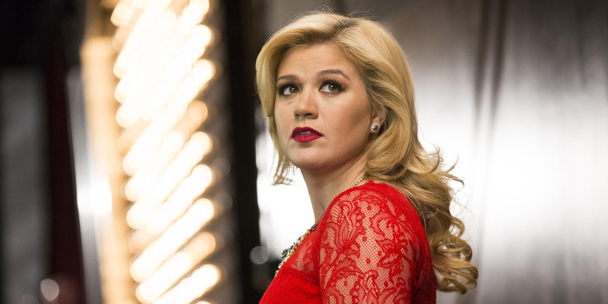 """Será? Kelly Clarkson é acusada de plagiar música de 2001 em """"Heartbeat Song""""!"""