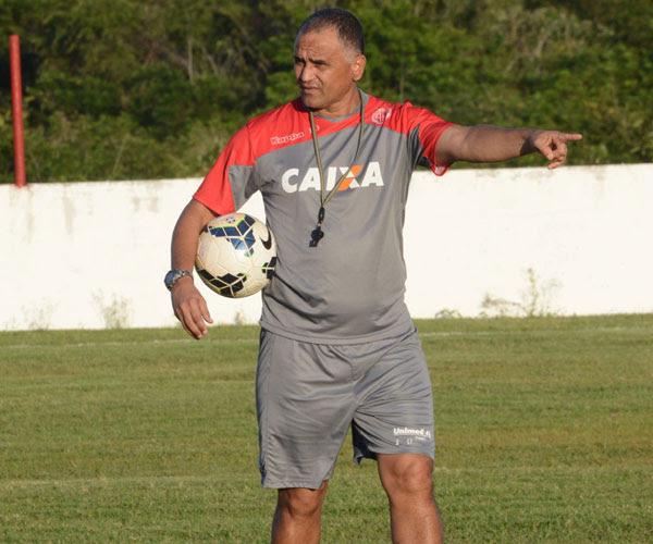 O técnico Oliveira Canindé, mais uma vez, sofre com desfalques
