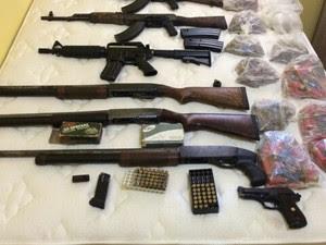 Armas de uso restrito foram localizadas na operação (Foto: Arquivo Pessoal)
