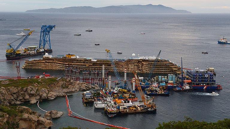 Reflotan el crucero 'Costa Concordia' tras 20 meses encallado