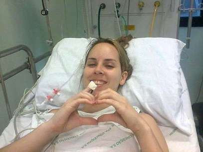 Ingrid na UTI do Hospital Conceição, em Porto Alegre, quandofez um coração com as mãos para a mãe, pois não conseguia falar ainda Foto: Facebook / Reprodução