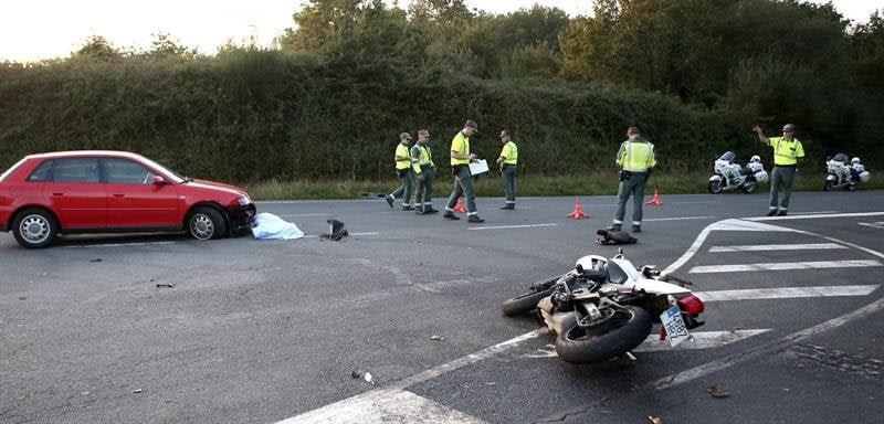 Un choque entre una moto y un coche deja dos heridos en Barro