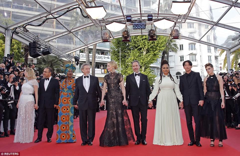 Todos juntos: Kristen se juntou ao júri de Cannes (LR) Lea Seydoux, Andrey Zvyagintsev, Khadja Nin, Robert Guediguian, Presidente do Júri Cate Blanchett, Denis Villeneuve, Ava DuVernay e Chang Chen no tapete vermelho