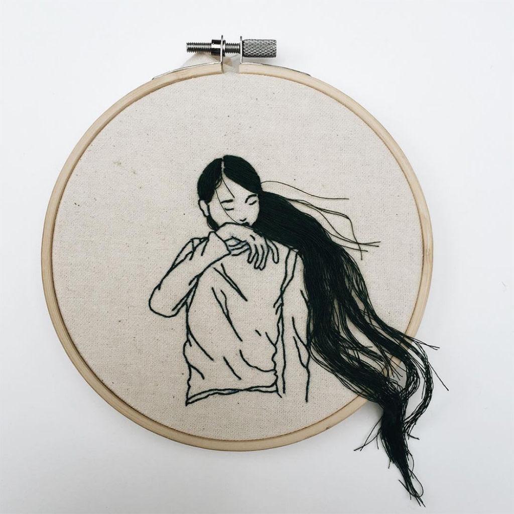 Artista borda retratos de mulheres com cabelos que saltam da tela 05