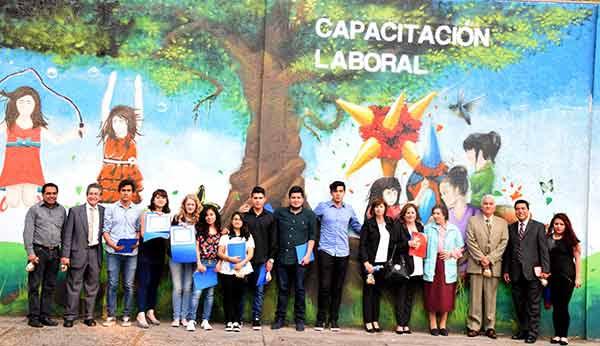 Alumnos de la FES Cuautitlán restauraron 17 muros perimetrales de la FADEM, sobre los cuales pintaron imágenes representativas que buscan emprender una reflexión encaminada a fomentar y promover la cultura de la donación.