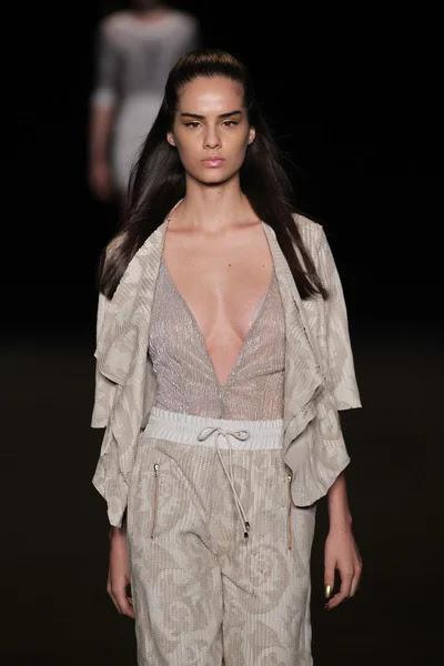 Modelo camina la pasarela de la moda meskita — Foto de Stock #52743439