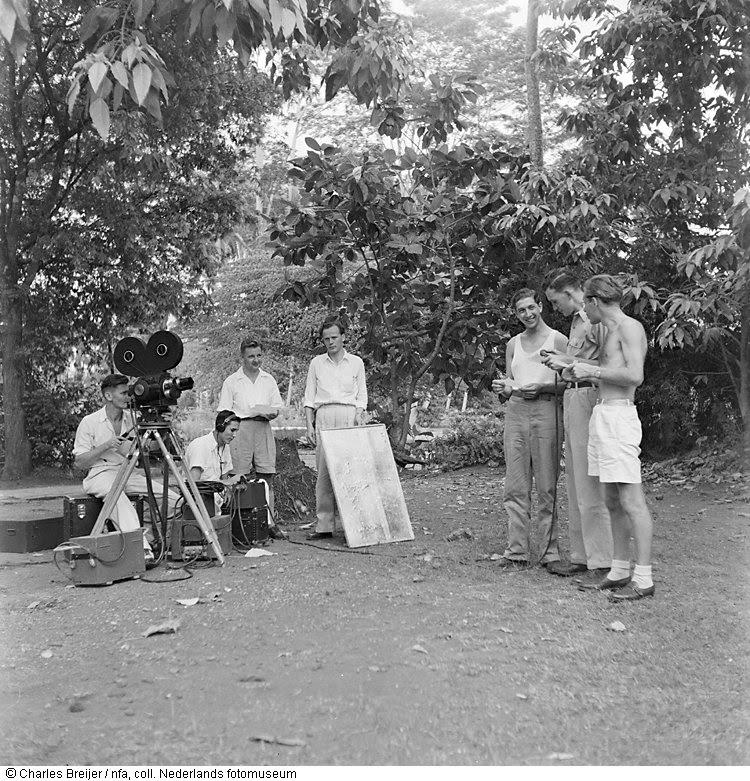 Filmploeg met Bob Salzman als geluidsman en Jan v.d. Kolk als cameraman aan het werk tijdens een opnamedag op Bali, Indonesië (1947)