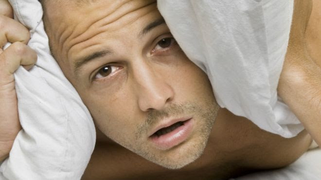 Por qué dormimos peor en una cama extraña