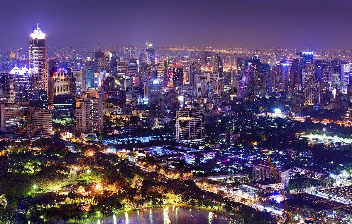 La sucesión de altísimos bloques residenciales con parques y lagos produce uno de los más impresionantes perfiles urbanos del mundo. Foto: muaythaientailandia.com