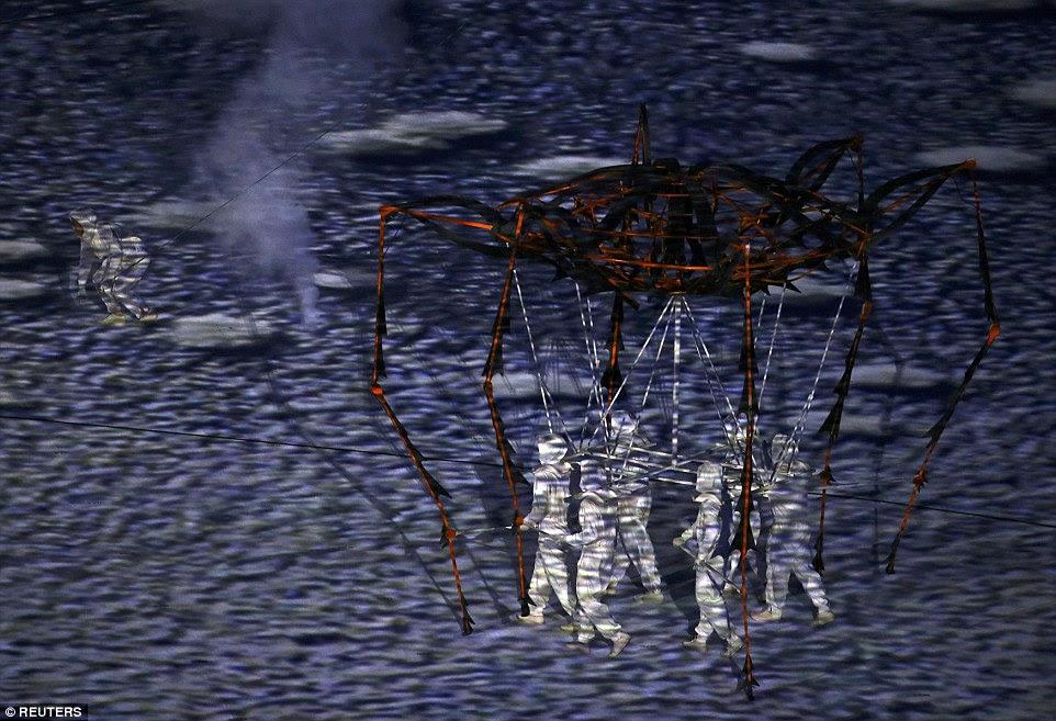 Em outro, uma criatura de caranguejo-como se move através do andar, que foi transformado em um landcape deserto