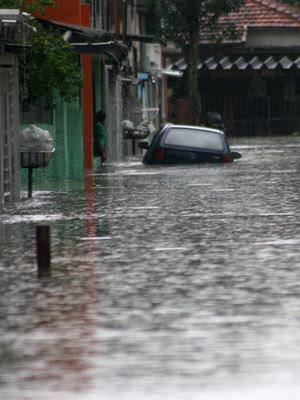 Chuva alaga rua em Santo André, no ABC (Foto: Ricardo Trida/AE)