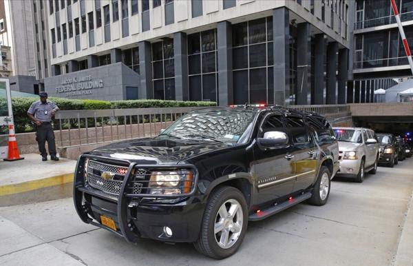 Caravana de autos del republicano Donald Trump, a la salida de la oficina del FBI en Manhattan (AP)