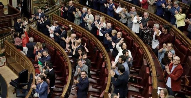 El secretario general del PSOE Pedro Sánchez, es aplaudido por parte del hemiciclo del Congreso, tras el debate de la moción de censura presentada por su partido. EFE/Emilio Naranjo***POOL***