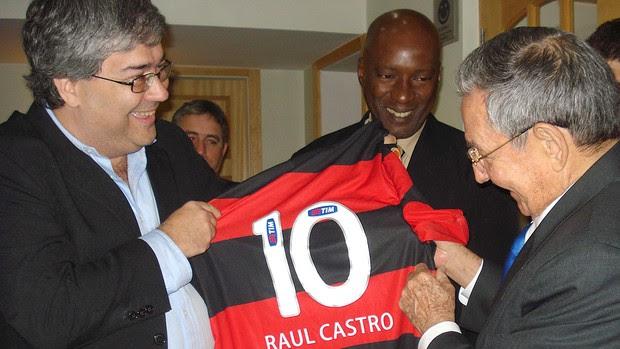 Presidente Raul Castro recebe a camisa 10 do Flamengo (Foto: Divulgação)