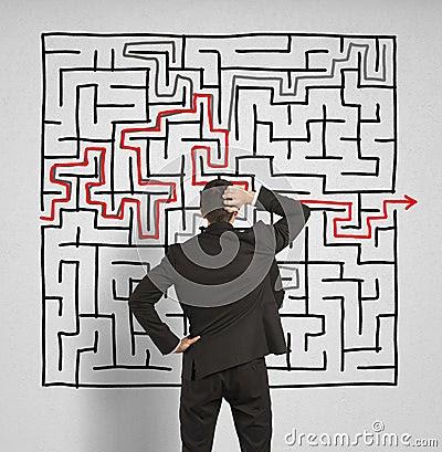 L uomo confuso di affari cerca una soluzione al labirinto