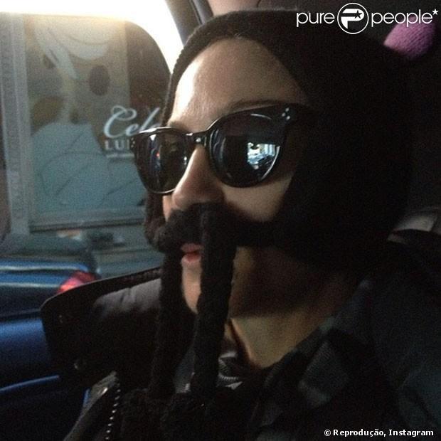 Madonna posta foto divertida e brinca: 'Estou pensando em raspar o bigode'. A cantora publicou a imagem em 11 de fevereiro de 2013