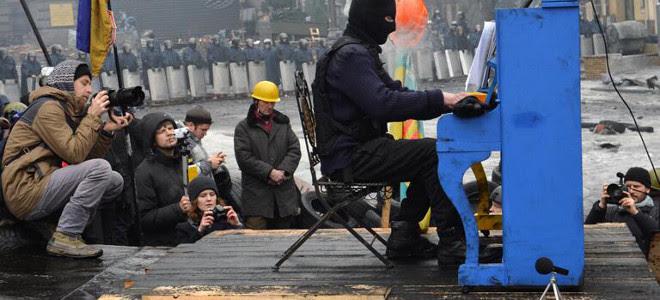 Ενα πιάνο στα χαρακώματα στην Ουκρανία -Οδομαχίες με Σοπέν και Beatles [βίντεο]