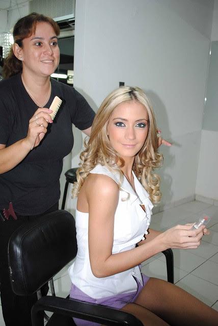María Renée Antelo mientras la peinan y maquillan