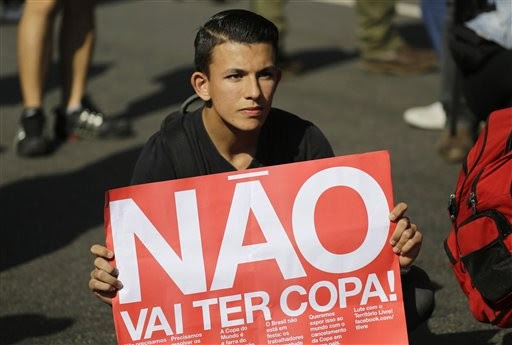 Manifestante com cartaz