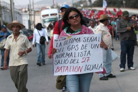 Bloqueo carretero y pintas en cuartel de Guerrero por caso Ayotzinapa. Foto: José Luis de la Cruz