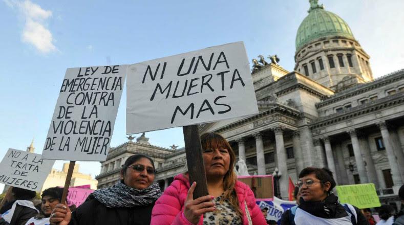 Hombres y mujeres portaron carteles, camisetas, mantas o simples hojas de papel para repudiar el acoso sexual en contra de los mujeres.