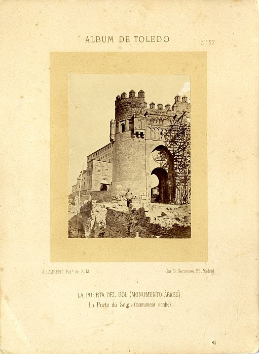 Restauración de la Puerta del Sol hacia 1865. Fotografía de Jean Laurent incluida en un álbum sobre Toledo © Archivo Municipal. Ayuntamiento de Toledo