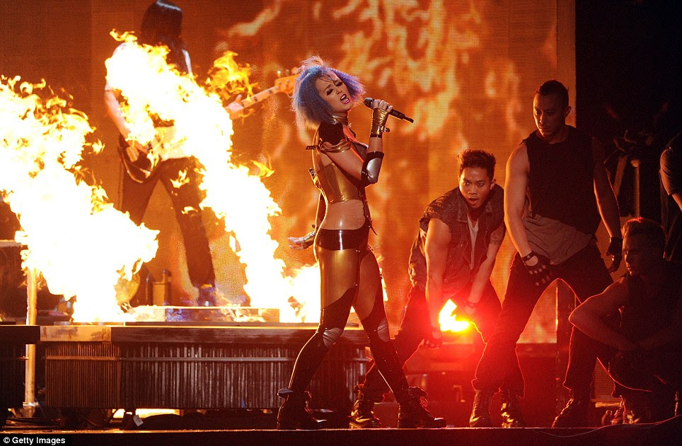 Firework: Katy Perry subiu ao palco com uma roupa do formulário-encaixe, realizando contra um fundo de pirotecnia dramática