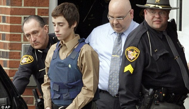 """Confissão: Após sua prisão, Lane foi gravado em uma viatura dizendo: """". Que eu tiro as pessoas '  Quando perguntado por um policial porque ele fez isso, o adolescente respondeu: 'Eu não sei'"""