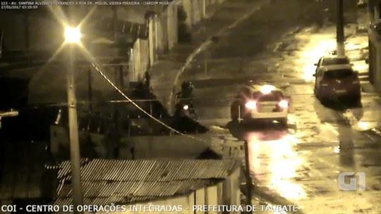 Foragido é preso ao cair da garupa de moto durante fuga