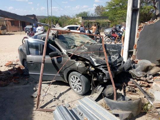 O carro e o muro da residência ficaram parcialmente destruídos   Foto: Leitor do Notícias de Santaluz