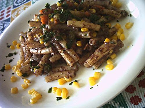 Pasta fredda con patè d'olive nere e mais