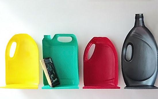 Prateleira divertida com embalagens plásticas