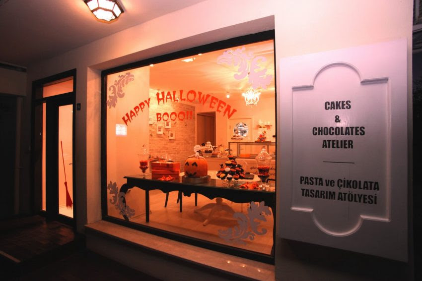 25 Examples of Halloween Retail Displays to Inspire You - Classic Cake Shop Display - Halloween Retail Displays - Halloween Retail Ideas - Halloween Display Ideas