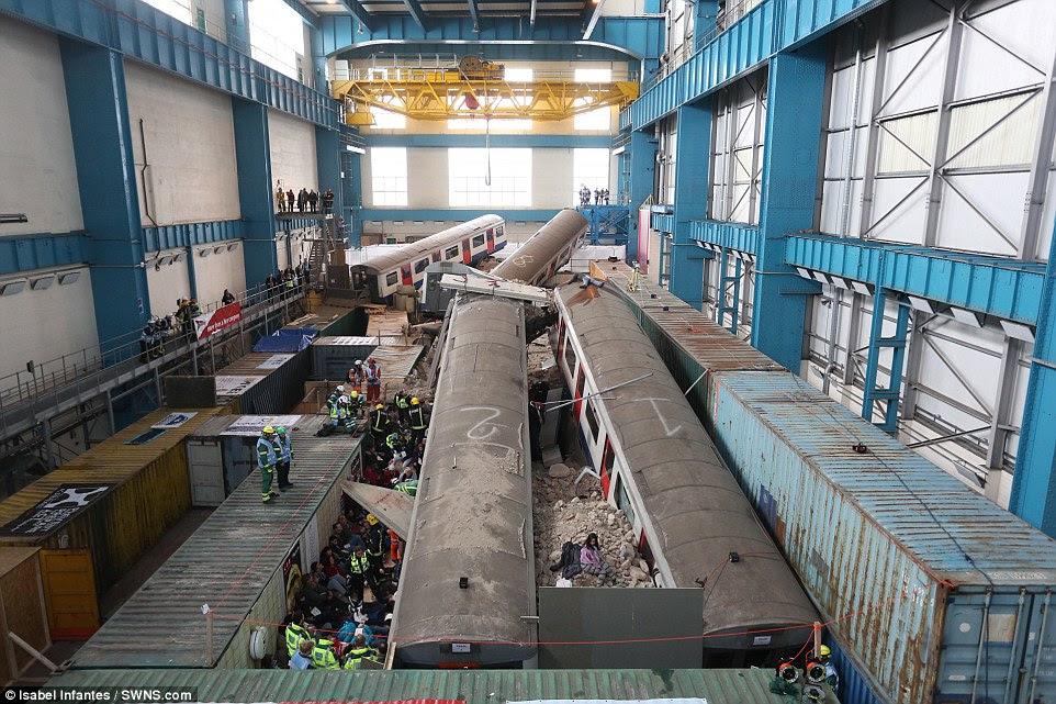 Μεγάλης κλίμακας τρυπάνι: Αυτή η φωτογραφία αποκαλύπτει τις εργασίες πίσω από την άσκηση multi-υπηρεσία, η οποία έχει λάβει πάνω από ένα χρόνο για να σχεδιάσουν.  Το σενάριο, το οποίο περιλαμβάνει ένα μπλοκ πύργος καταρρέει για να το πολύβουο σταθμό Waterloo του μετρό, έχει χτιστεί σε ένα εγκαταλελειμμένο σταθμό παραγωγής ενέργειας