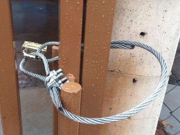Ladrões usaram um cabo de aço e um cadeado para trancar policiais em destacamento no norte do Paraná (Foto: Blog do Chaguinhas / Reprodução)