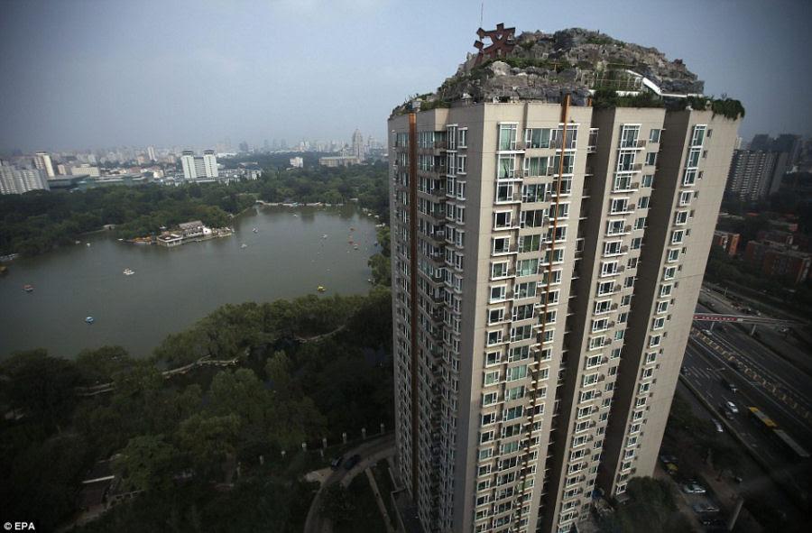 Empresário excêntrico constrói casa serrana no topo de um prédio em Beijing 04
