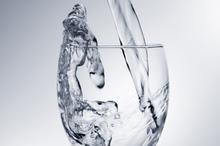 La regla general es que por cada copa de vino que bebe, es necesario seguir con al menos un vaso de agua.  Foto / Thinkstock